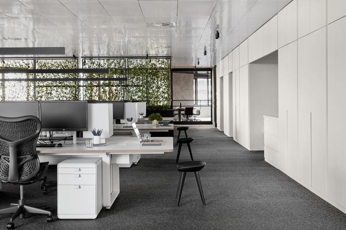 office-prostor-cerna-bila-seda-industrialni-styl