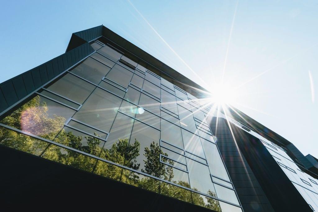 budova-svetlo-stromy-odraz-zrcadlovy-efekt
