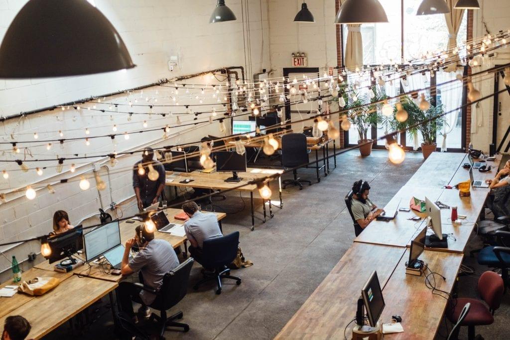 open-space-kancelar-zamestnanci