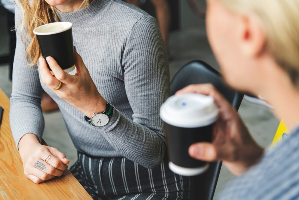 kolegyne-kava-zamestnanci-plastove-pohary-stul-hodinky-zeny