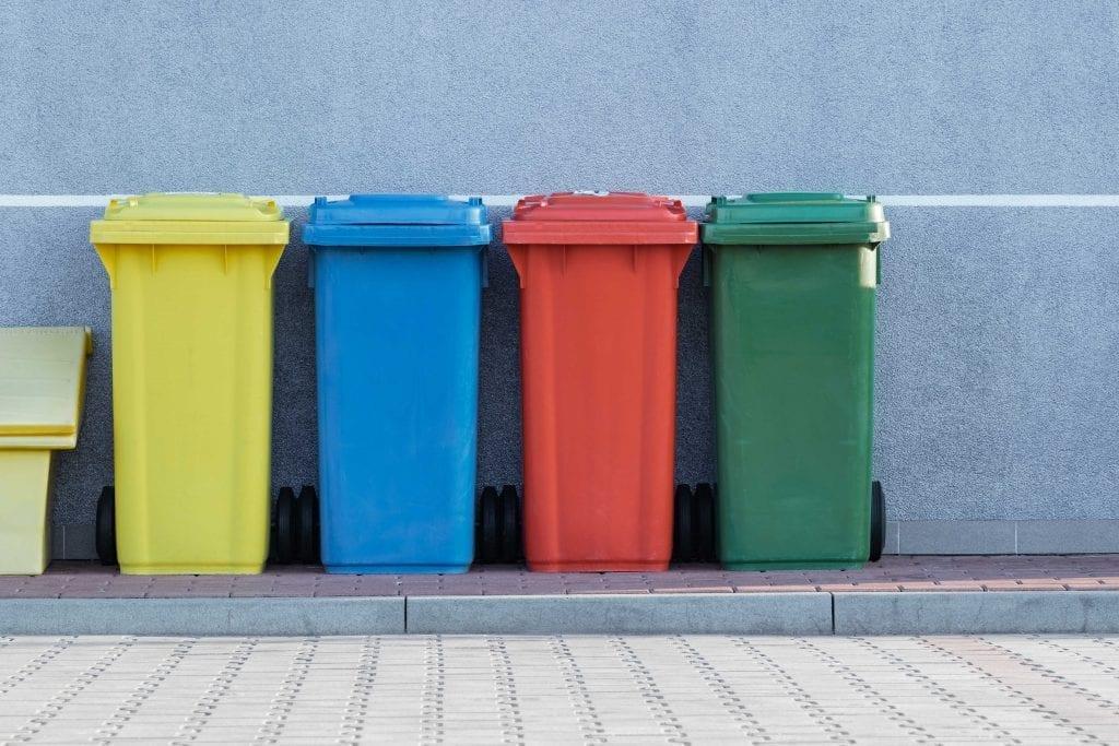 barevne-popelnice-kompost-recyklace-zed-ulice-dlazba