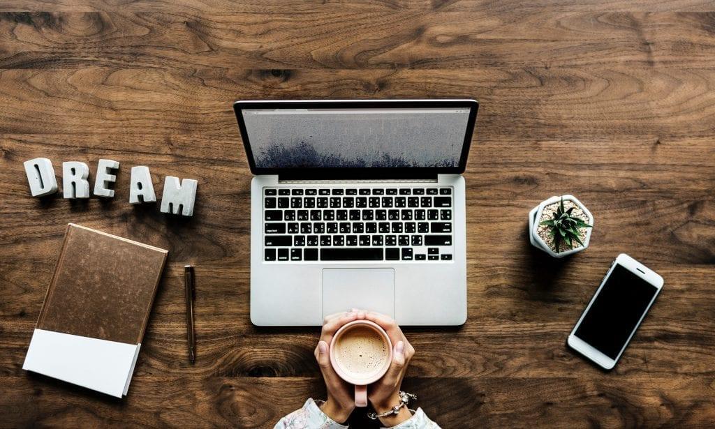 notebook-kava-rostlina-poradek-drevo-pracovni-stul-ruce-clovek
