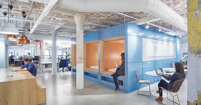 design-industrialni-styl-zena-zamestnankyne-zidle-notebook-kontejner