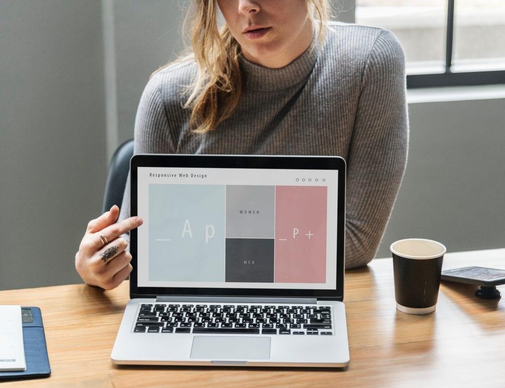 zena-notebook-web-design-stul-kava