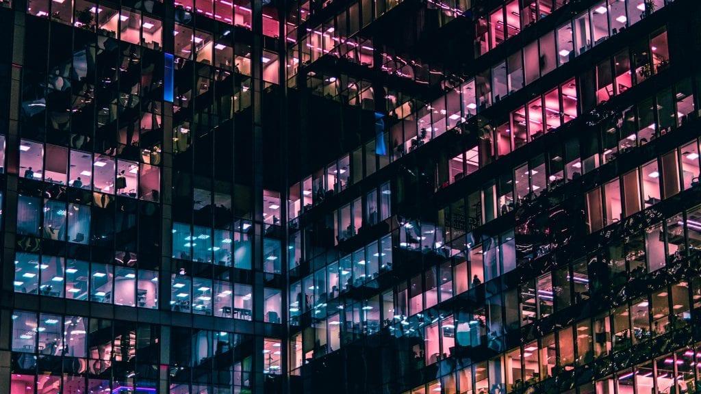 budova-kancelari-okna-svetla-barevnost