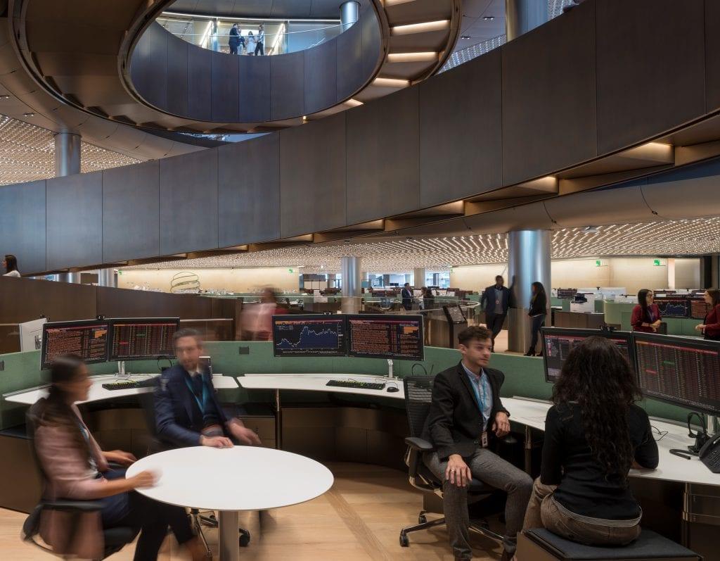 kancelarske-prostory-zamestnanci-pult-zidle-stoly