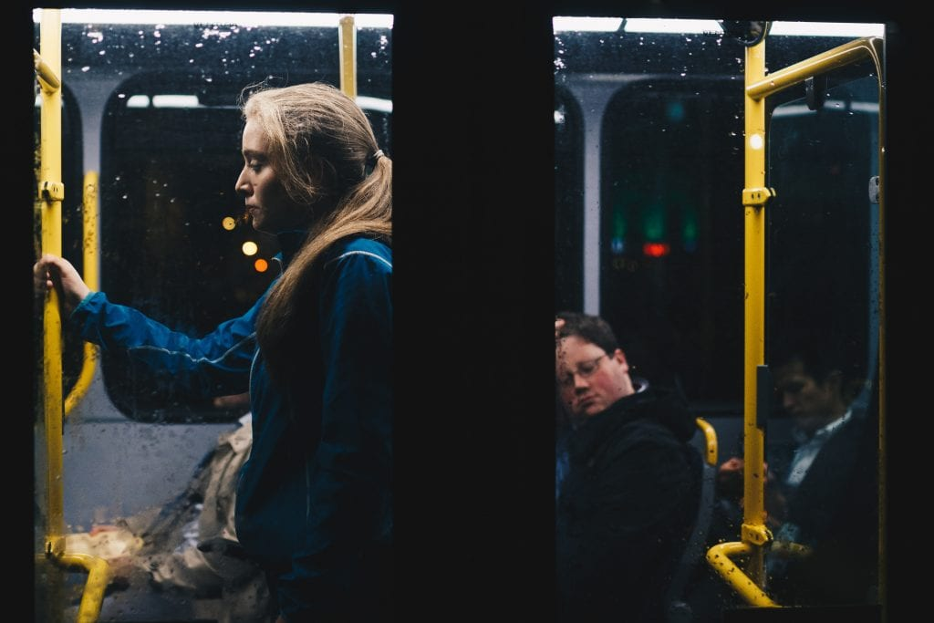 zena-muz-autobus-vecer