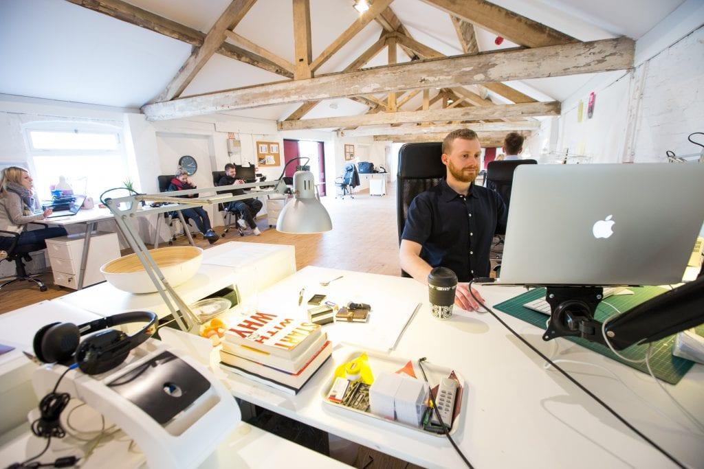 kancelarsky-prostor-zamestnanci-stul-knihy-svetlo-stul-zidle