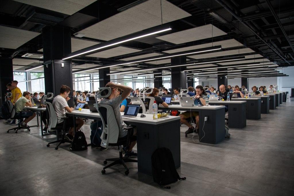 open-office-space-pracovnici-stoly-zidle-svetla