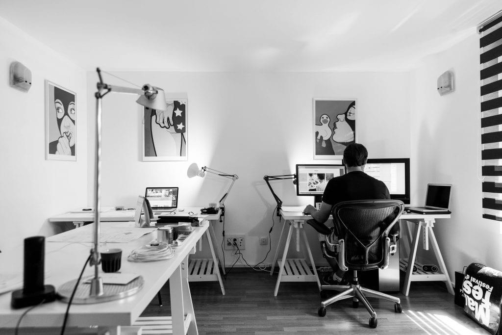 kancelar-muz-obrazy-svetlo-pocitace-stul-zidle