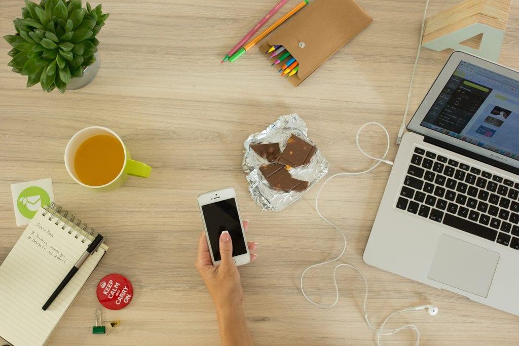 cokolada-notebook-prace-kancelar-kolega-caj-mobil