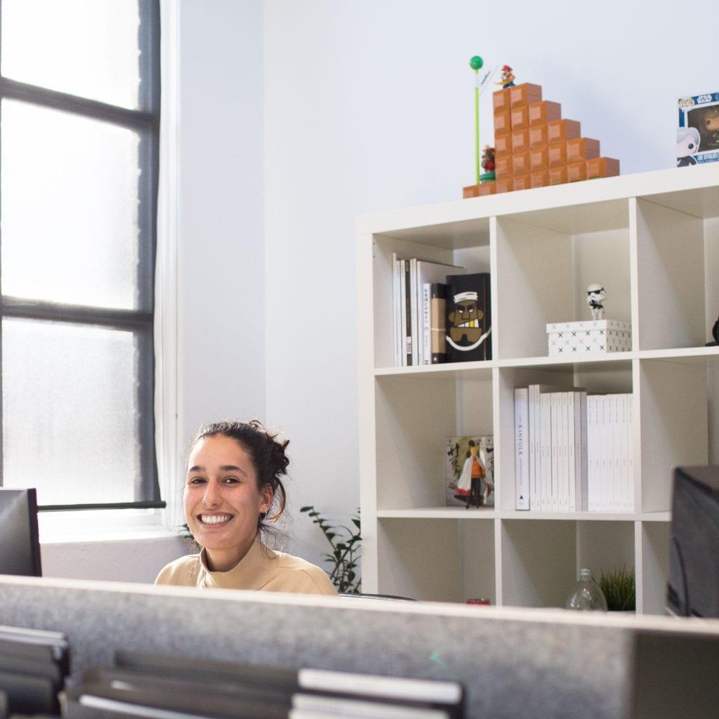 kancelarsky-prostor-zena-pocitac-okno-pult