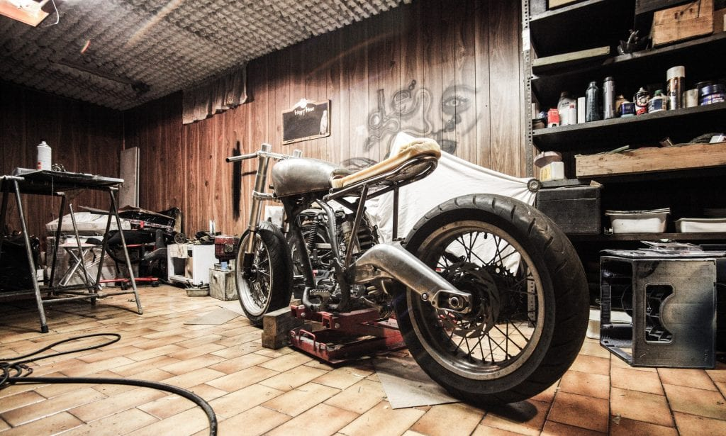motorka-v-garazi-drevo