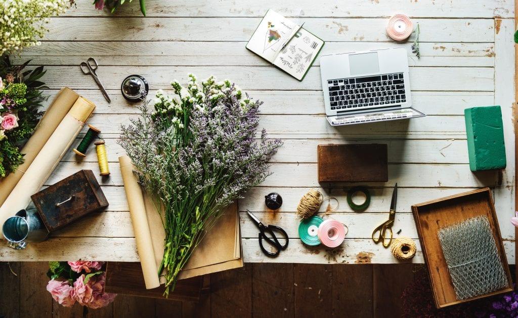 stul-kvety-nuzky-notebook-pasky
