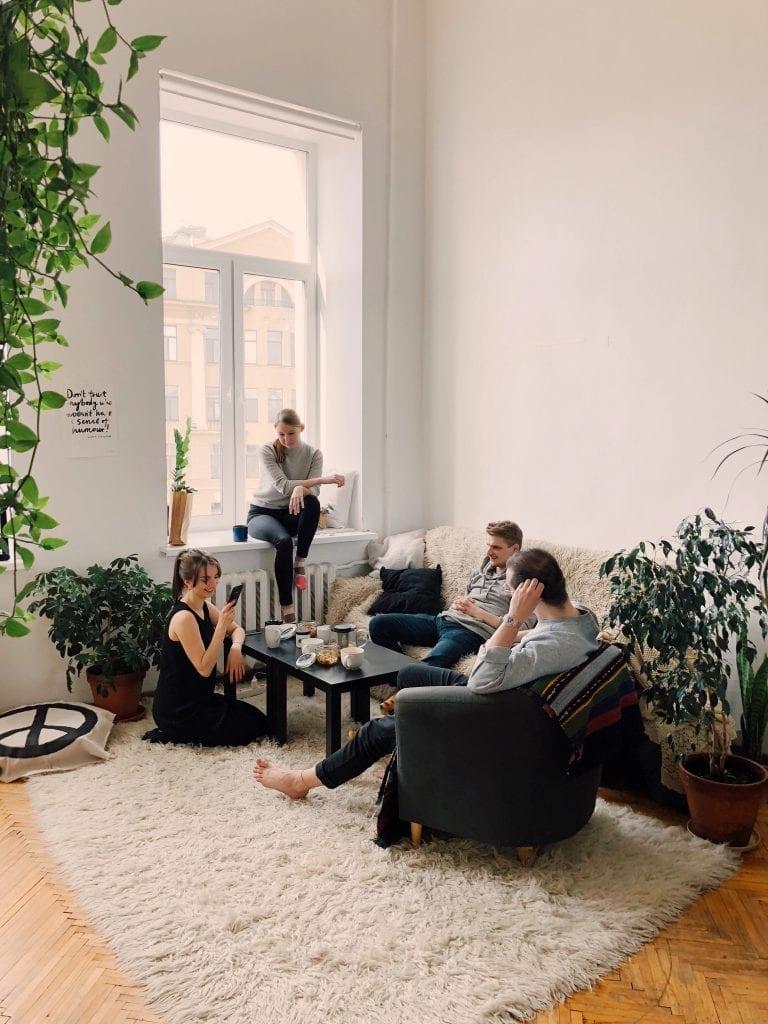 navsteva-okno-rostliny-lide-koberec-gauc-stul-radiator