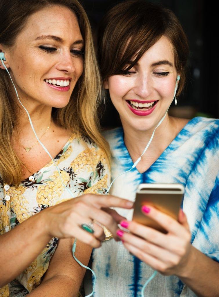 zeny-mobilni-telefon-sluchatka-smich