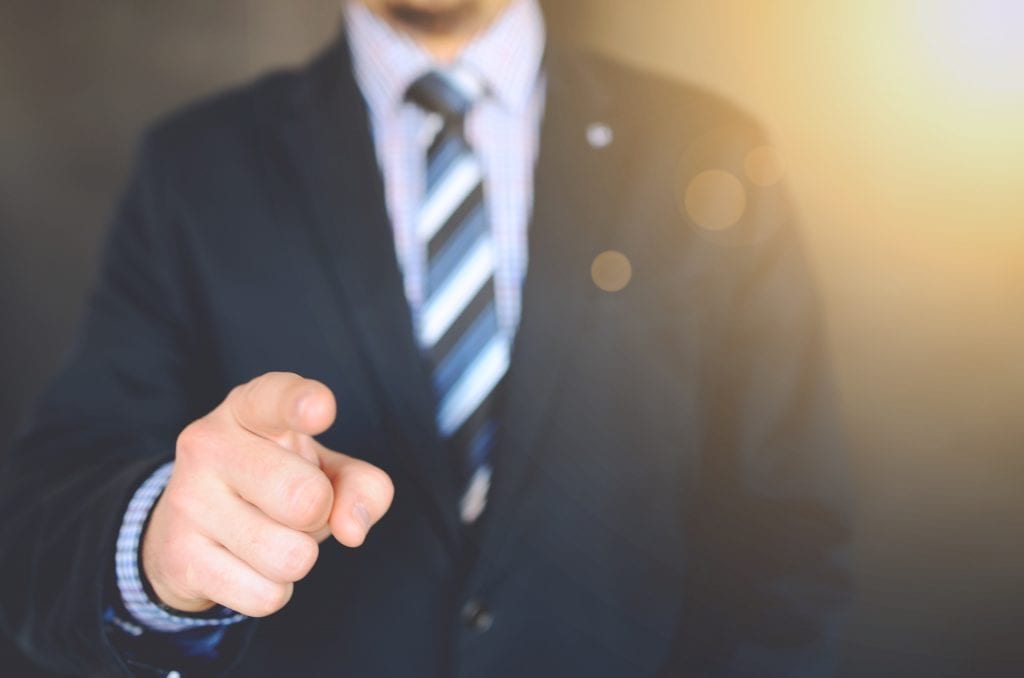 muz-ruka-prst-kravata-kosile-sako-oblek
