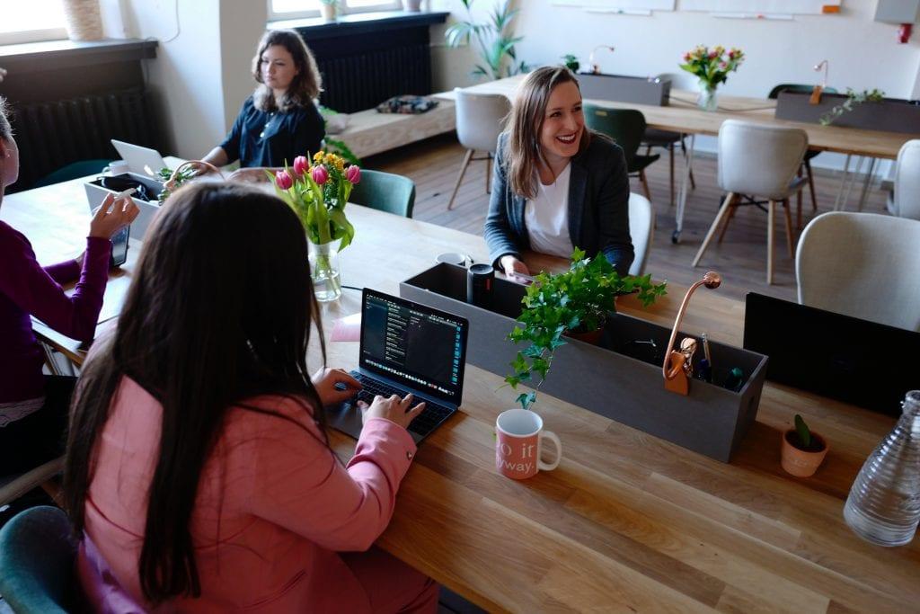 Zeny-stol-vaza-kvety-velka-kancelaria-stolicky