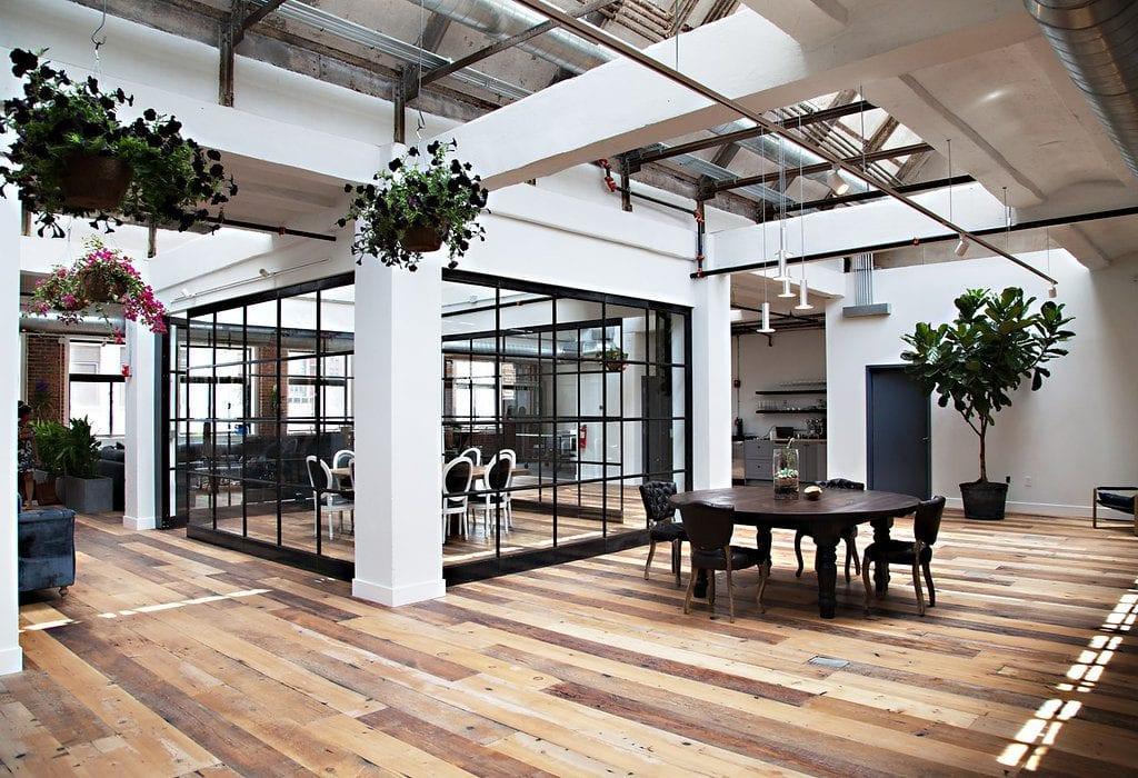 Stoly-zidle-sklenena-stena-rostliny-kvetinace-podlaha