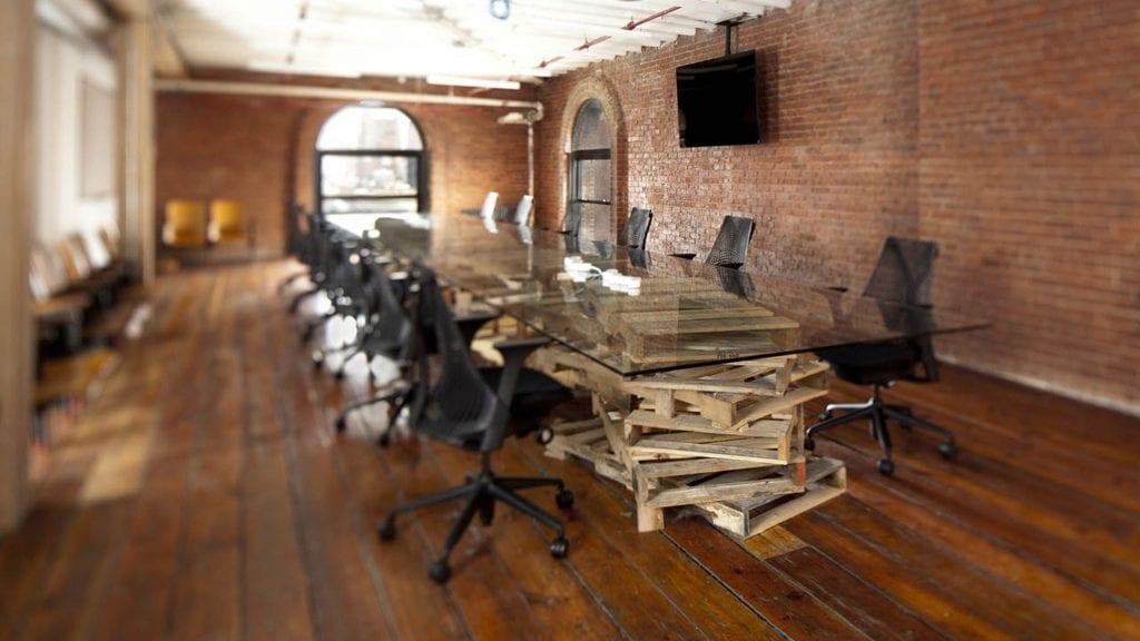 Zasedacka-stul-kancelarske-zidle-palety-sklo-svetlo-okno-obrazovka